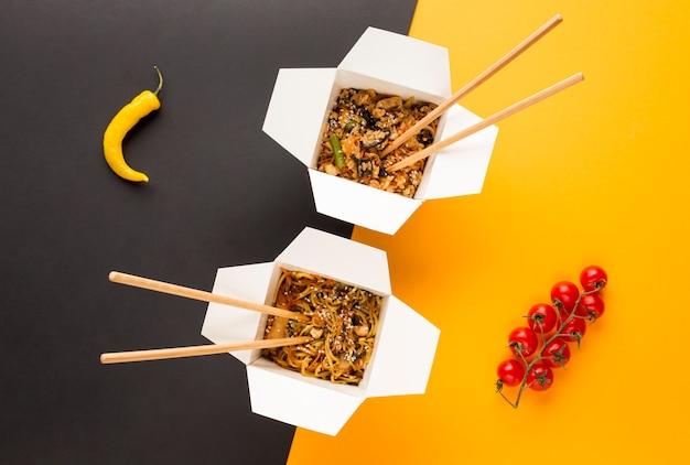 Vue de dessus des boîtes de nourriture chinoise