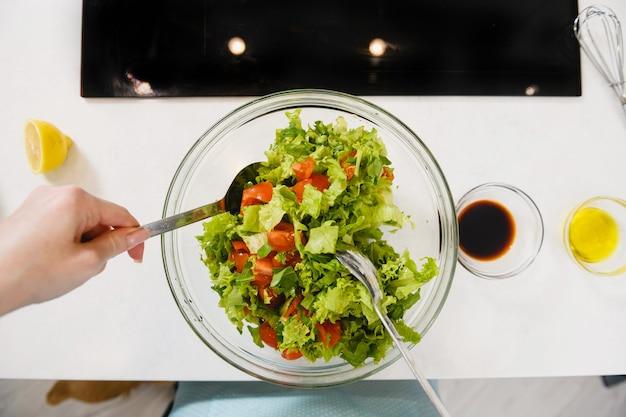 Vue de dessus bol de salade verte mélangée