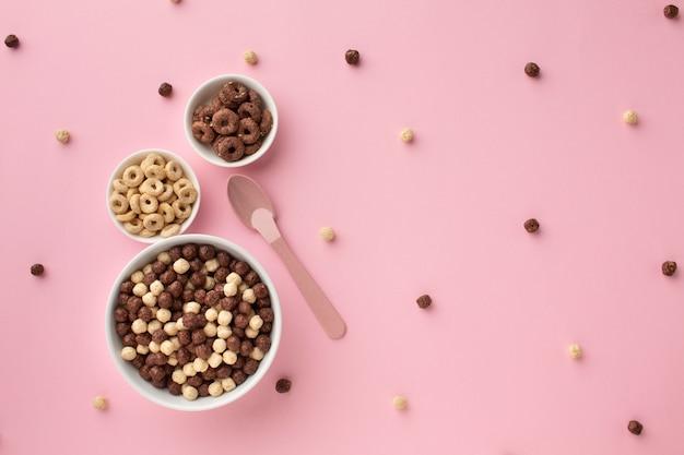 Vue de dessus des bols de céréales sur une table