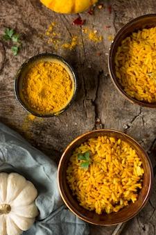 Vue de dessus des bols avec du riz jaune
