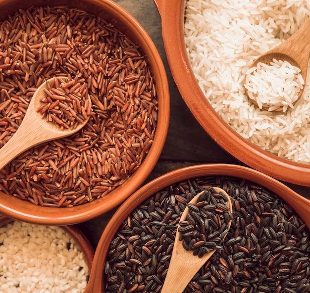 Vue de dessus de bols avec du rouge; bols de riz brun et blanc