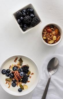 Vue de dessus des bols avec du yaourt et des fruits