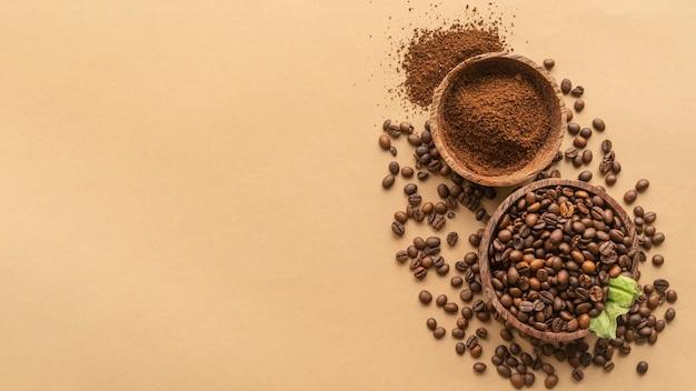 Vue de dessus des bols avec des grains de café et de la poudre