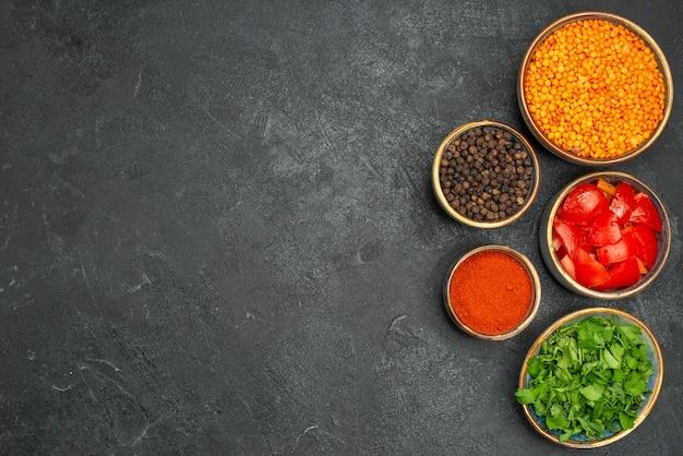 Vue de dessus des bols de lentilles d'herbes de lentilles tomates épices