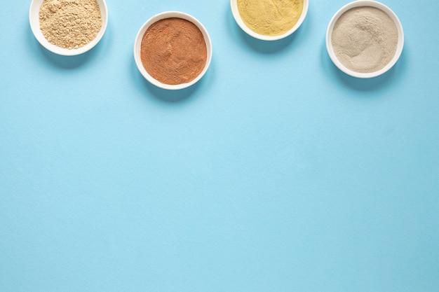 Vue de dessus des bols remplis d'espace de copie de sable coloré
