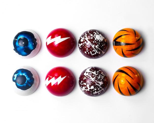 Vue de dessus des bonbons au chocolat décoré sur blanc