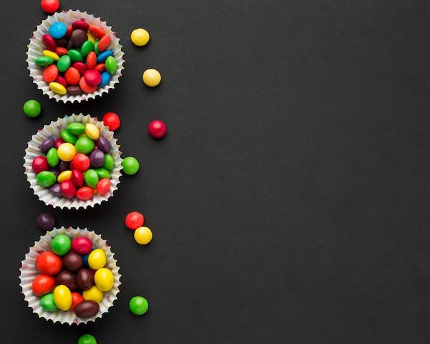 Vue de dessus des bonbons sur tableau noir avec espace copie