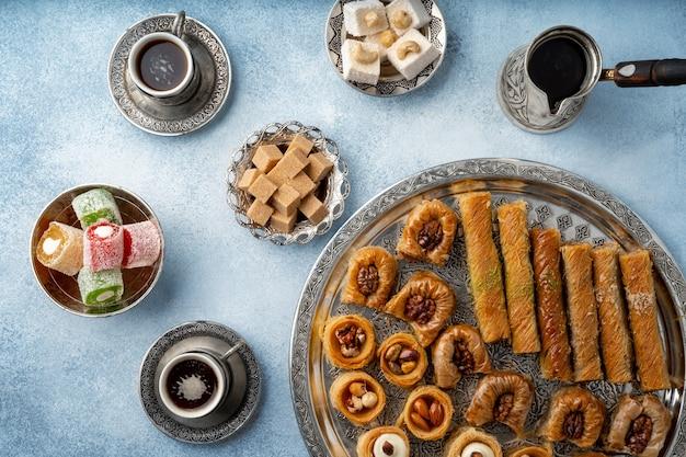 Vue de dessus des bonbons turcs et du café turc sur fond bleu clair