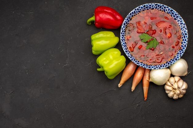 Vue de dessus bortsch ukrainien avec des légumes frais sur dark