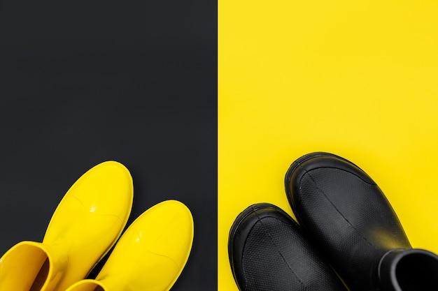 Vue de dessus de bottes en caoutchouc pour hommes et femmes à la mode sur des fonds contrastés.