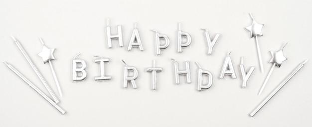 Vue de dessus de bougies joyeux anniversaire
