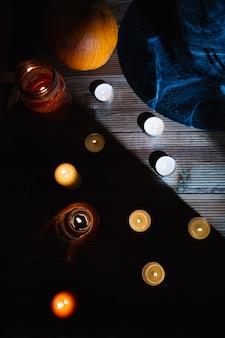 Vue de dessus des bougies sur la table