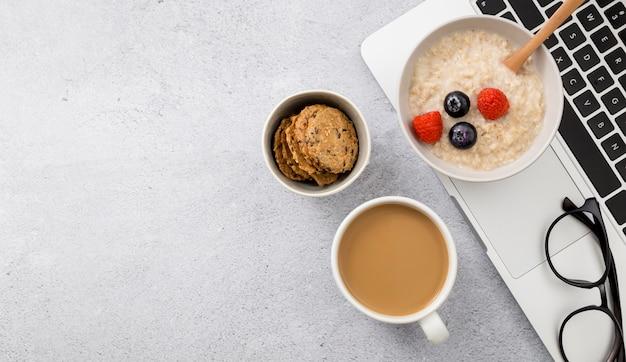 Vue de dessus de la bouillie avec du café sur la table