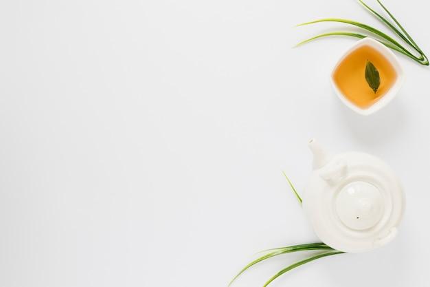 Vue de dessus de la bouilloire et une tasse de thé