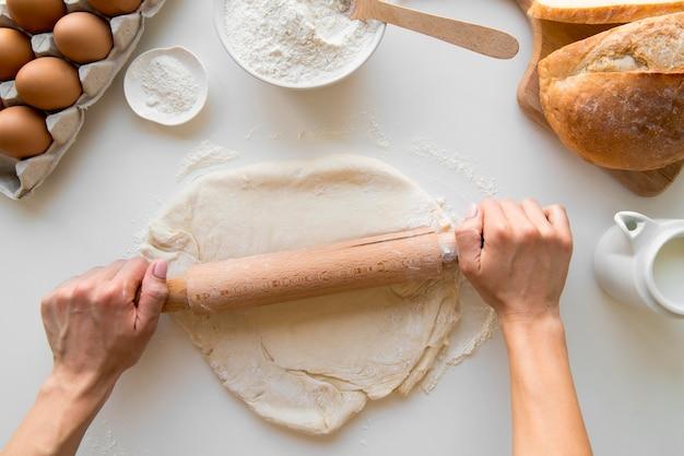 Vue de dessus boulanger roulant la pâte