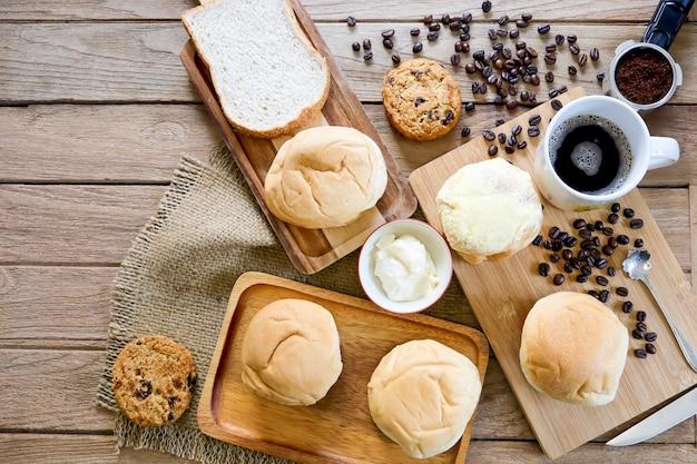 Vue de dessus d'une boulangerie fraîchement préparée avec du café expresso chaud pour le concept de petit-déjeuner.
