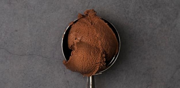 Vue de dessus une boule de glace au chocolat
