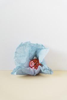 Vue de dessus boule vintage rétro dans un emballage en papier