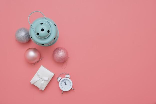 Vue de dessus des boules de noël roses et lampe à la menthe sur fond rose