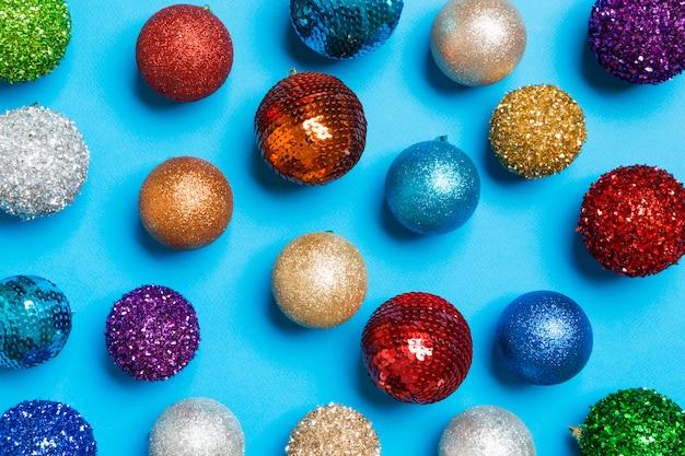 Vue de dessus de boules de vacances créatives sur un design coloré. concept d'ornement de noël