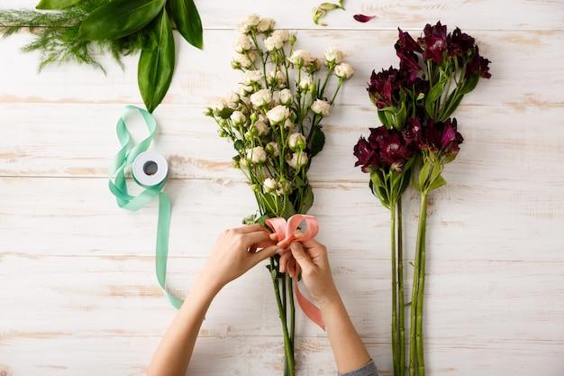 Vue de dessus bouquet de fleurs sur table en bois