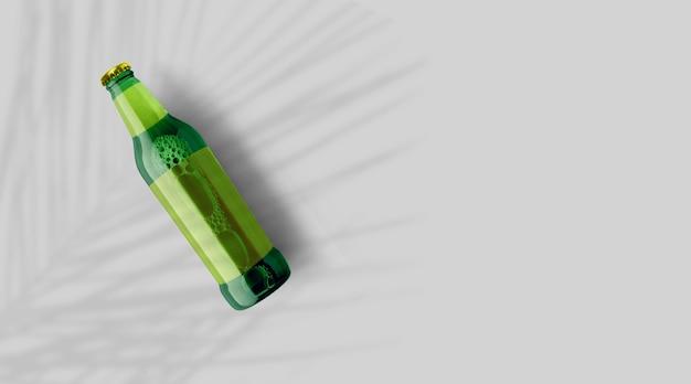 Vue de dessus de la bouteille de bière verte avec un modèle jaune vierge isolé sur fond gris. concept de fête de la bière.