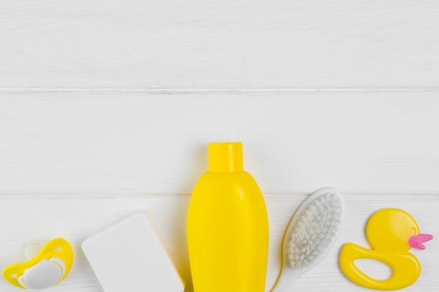 Vue de dessus de la bouteille et de la brosse avec canard pour la douche de bébé