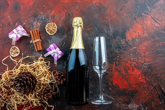 Vue de dessus bouteille de champagne avec verre sur la boisson photo couleur alcool foncé