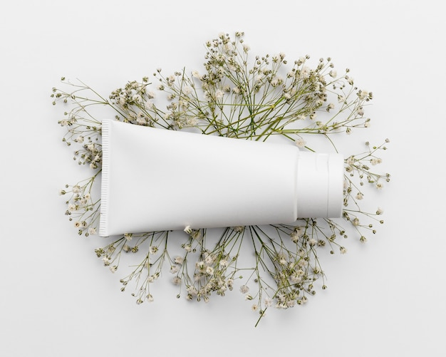 Vue de dessus de la bouteille cosmétique sur les fleurs