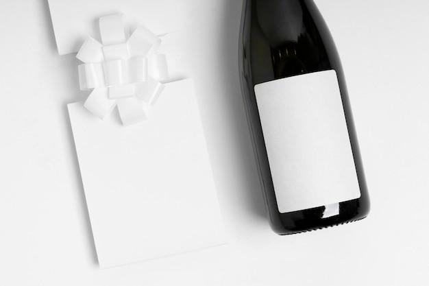 Vue de dessus bouteille sur fond blanc