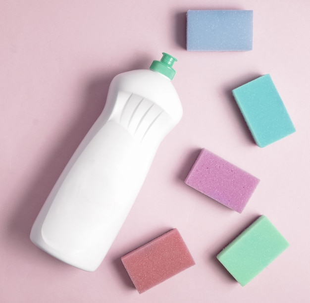 Vue de dessus de la bouteille en plastique de détergent à vaisselle et d'éponges