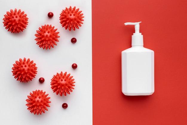 Vue de dessus de la bouteille de savon liquide avec des virus