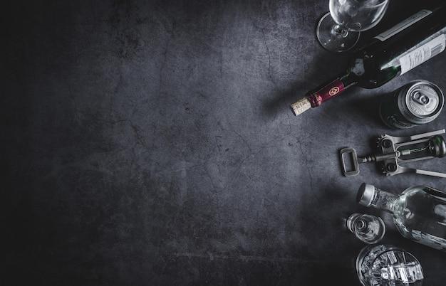 Vue dessus, de, bouteille vin, bouteille vodka, glace, bière, et, tire-bouchon
