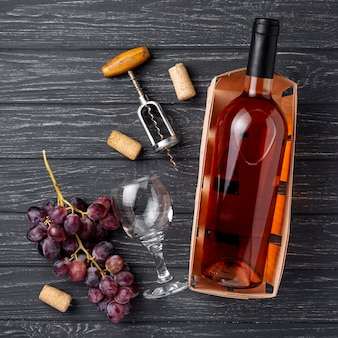 Vue de dessus une bouteille de vin de raisins biologiques