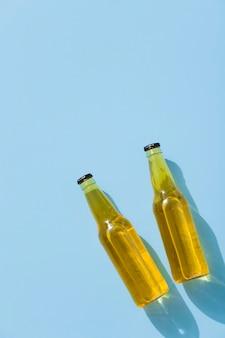 Vue de dessus des bouteilles de bière avec copie-espace