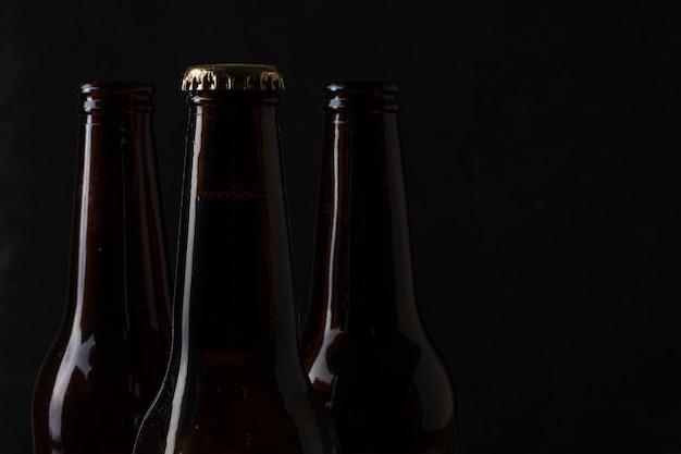 Vue de dessus des bouteilles de bière avec espace de copie