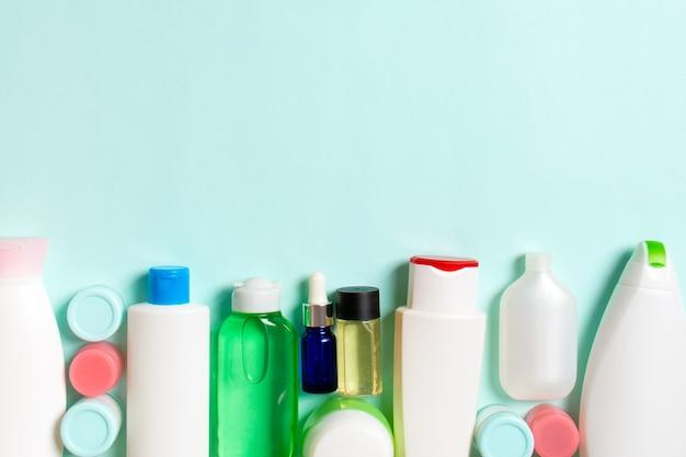 Vue de dessus des bouteilles de cosmétiques sur fond coloré. concept de soins de la peau avec un espace pour votre conception.