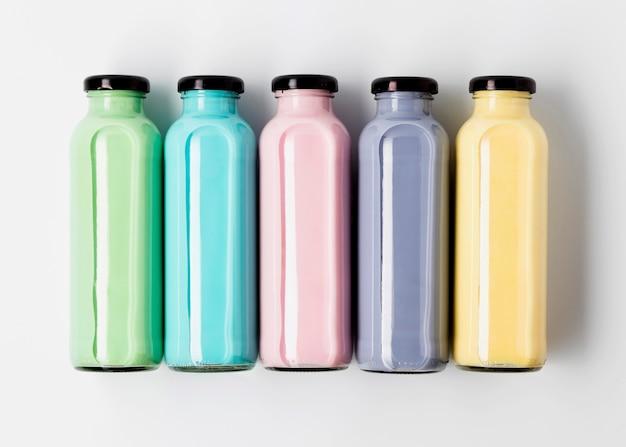 Vue de dessus des bouteilles de jus colorées