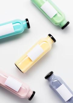 Vue de dessus des bouteilles de jus de fruits multicolores