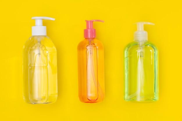 Vue de dessus des bouteilles en plastique avec désinfectant pour les mains et savon liquide