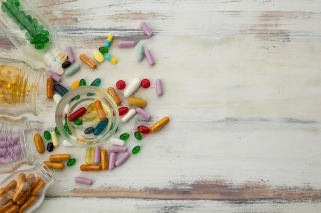 Vue de dessus des bouteilles de vitamines