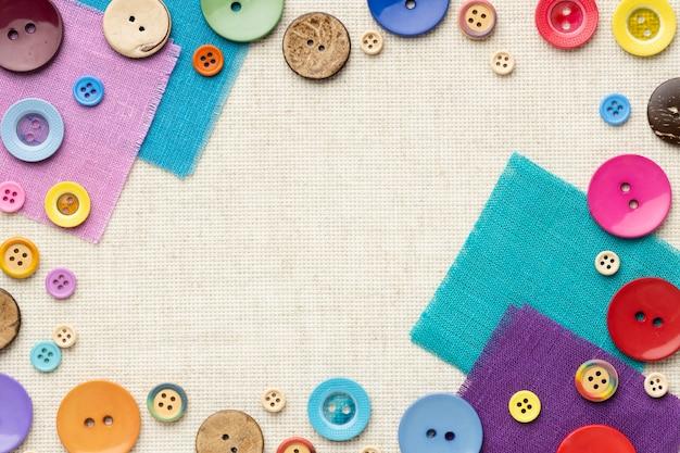 Vue de dessus des boutons colorés sur des morceaux de tissu
