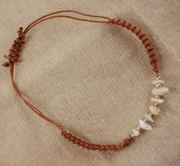 Vue de dessus, bracelet plat marron