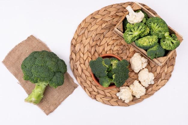Vue de dessus de brocoli frais et de chou-fleur sur un sac sur tableau blanc