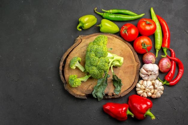 Vue de dessus brocoli vert frais avec des légumes frais sur la salade de table sombre santé mûre