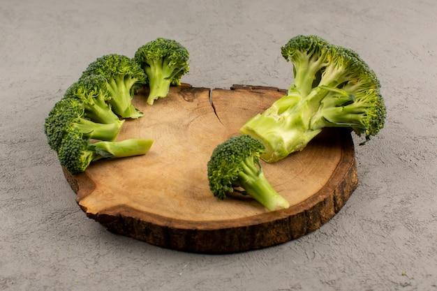 Vue de dessus de brocoli vert frais et mûr sur le sol gris