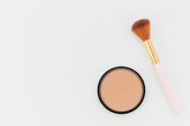 Vue de dessus brosse de maquillage avec blush