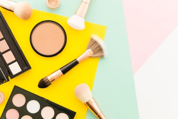 Vue de dessus brosses avec maquillage