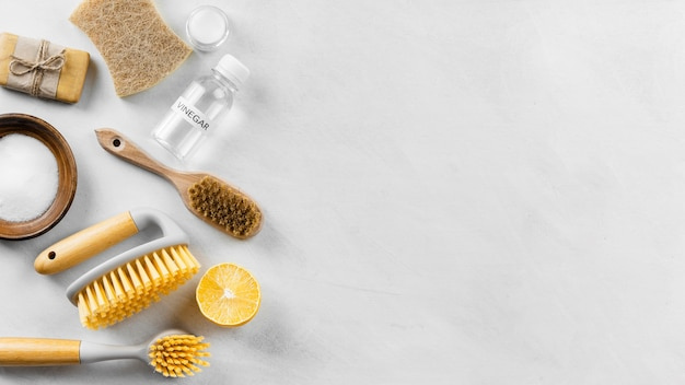 Vue de dessus des brosses de nettoyage avec du citron et de l'espace de copie