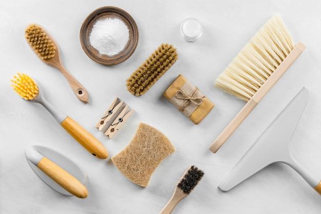 Vue de dessus des brosses de nettoyage écologique avec du savon